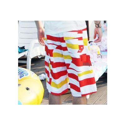 Short de bain avec motif a rayures et bandes rouges et jaunes