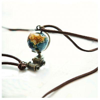 Collier fantaisie avec cordon cuir et pendentif globe planète métal
