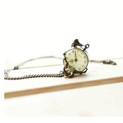 Montre collier vintage avec face à chiffres romains et chaine en cuivre