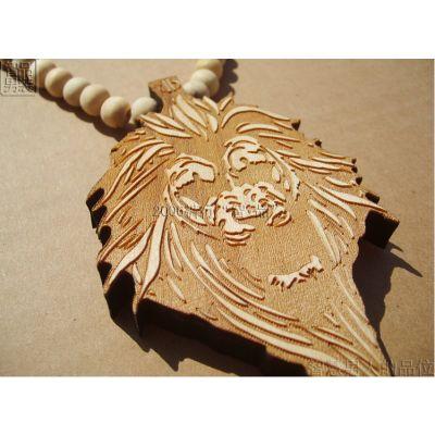 Pendentif en bois bling bling avec design Lion