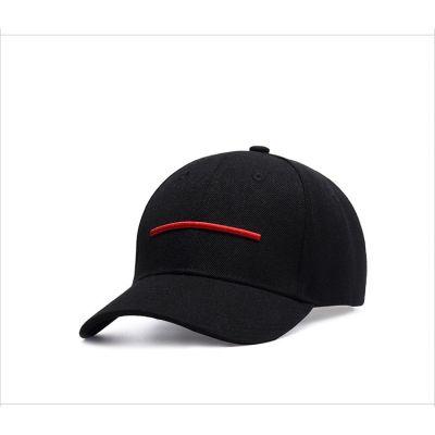 Casquette noire avec bande rouge fine visière arrondie