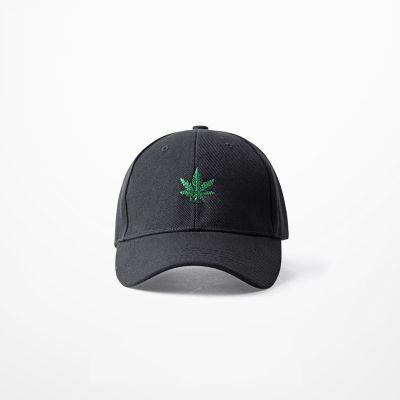 Casquette noire avec feuille de cannabis brodé sur l'avant weed ganja
