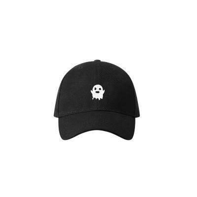 Casquette noire avec petit fantôme mignon brodé en blanc sur l'avant