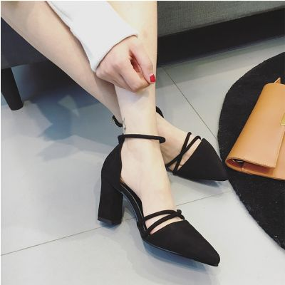 Chaussures à talon pointues avec brides croisées et sangle cheville