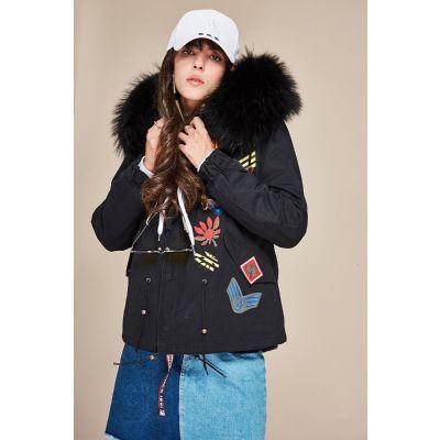 Manteau hiver pour femme avec badges brodés et capuche fourrure