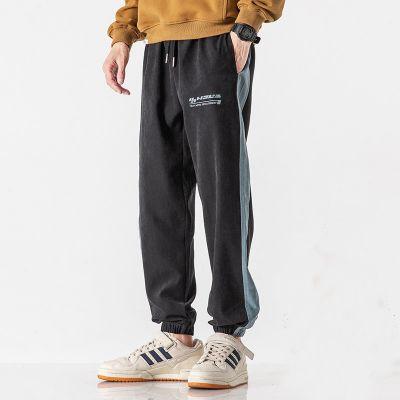 Pantalon de jogging à bandes pour homme.