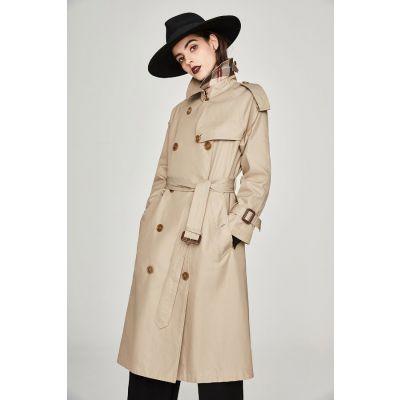 Trench-coat extra long pour femme avec composition brillante contrastante