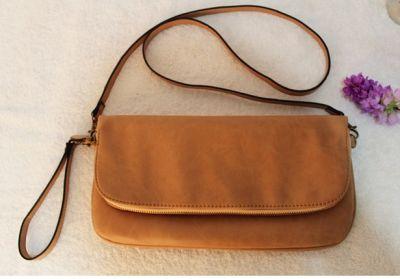 Sac à main pochette en imitation cuir avec design simple et longue lanière