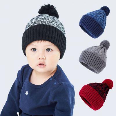 Bonnet en laine pour enfants avec pompons sur le dessus