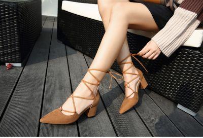 Chaussures à talon avec lien à nouer sur la jambe