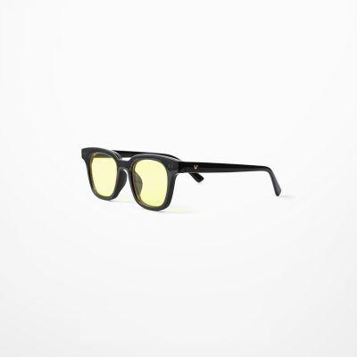 Lunettes avec monture noire épaisse et verres gris ou jaunes