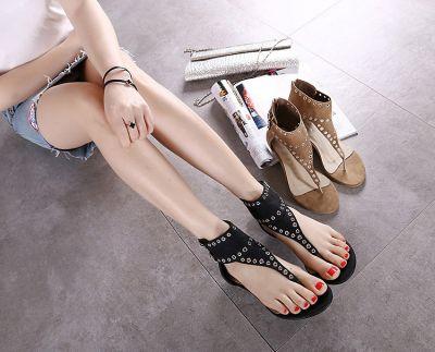 Sandales plates avec perforations décoratives