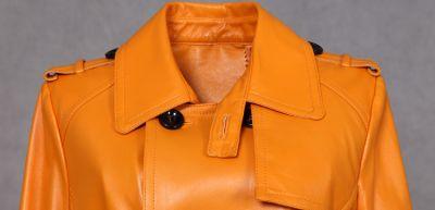 Manteau cintré long en cuir de mouton pour femme avec ceinture et fermeture à bouton